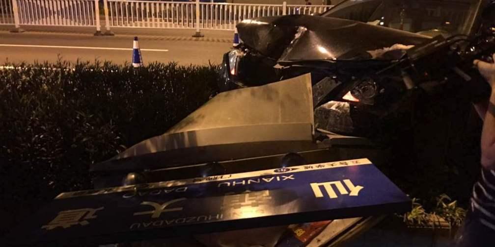 仙葫大道发生交通事故 司机撞飞护栏疑似酒驾