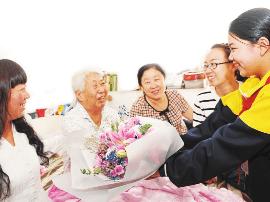 教师节前夕 迎泽小学师生为退休老教师送上鲜花