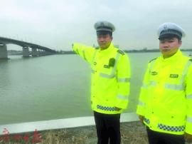 惊!货船撞桥致桥面凹陷 5人冒死拦车封桥救人