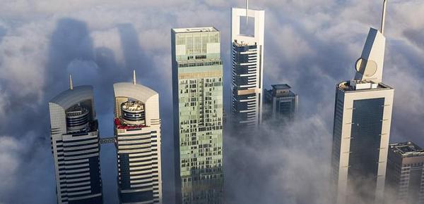 迪拜摩天大楼浓雾中直穿云霄似仙境