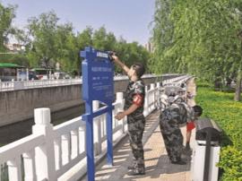 美化环境   运城市水务局姚暹渠管理人员清理杂物