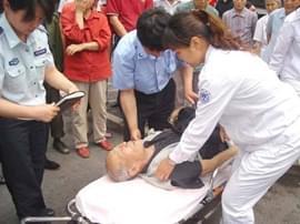 老人突发疾病倒地 食药监3名执法人员扶起送医