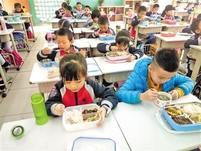 重庆一小学发好习惯手册:吃饭时请长辈先坐