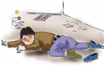 福州:冷雨夜男子醉躺马路 好心人搬单车挡住车道