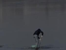 胆真肥 长春湖面刚封冻 一男子破冰捞鱼