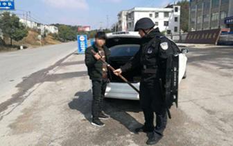 通山男子后备箱藏管制刀具 车子被扣人被行拘