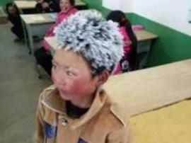 """8岁""""冰花男孩"""":上学冷但不辛苦,长大想当警察"""