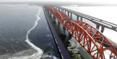 京张高铁官厅水库特大桥8孔钢桁梁全部落梁到位