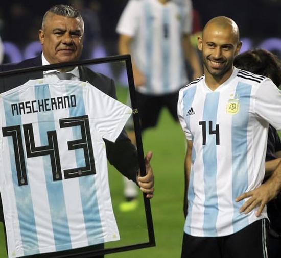 华夏老马哥成阿根廷历史第1人 硬汉的娇媚一笑