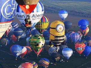 85只热气球飞跃英杰利海峡冲击吉尼斯