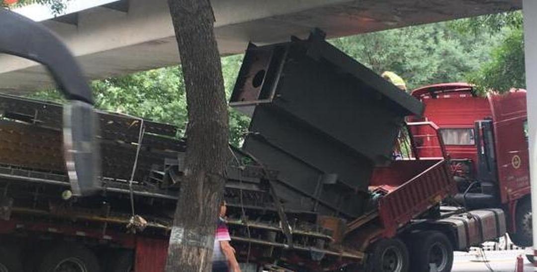 海淀一大货车卡桥致拥堵 现场拆解车体