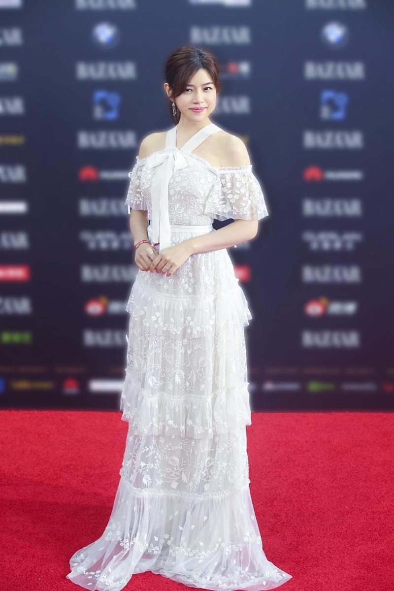 陈妍希温婉现身芭莎慈善夜 捐款70万为爱加速