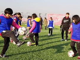 """女孩们来踢球!河北举办""""追梦女孩""""足球活"""