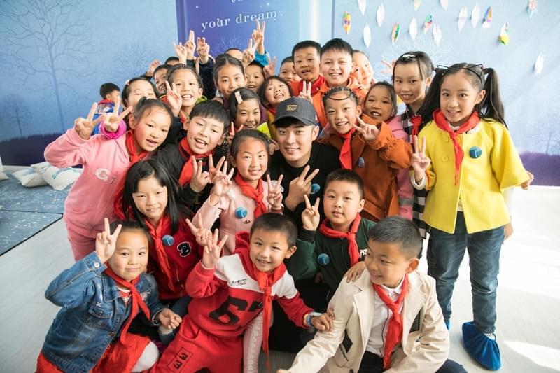 陈赫探访蒲公英儿童图书馆:这个生日有点暖