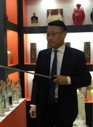 一位台湾高粱酒老板在现场直播