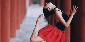 上戏女神写真秀舞蹈功底 柔美如娇花照水