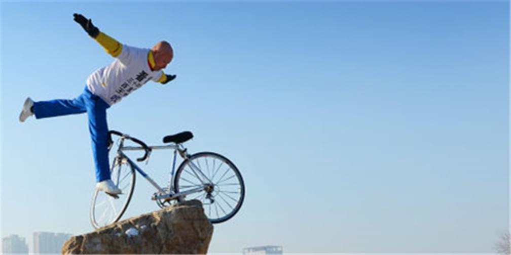 """沈阳奇人!古稀老人""""飞""""骑自行车"""
