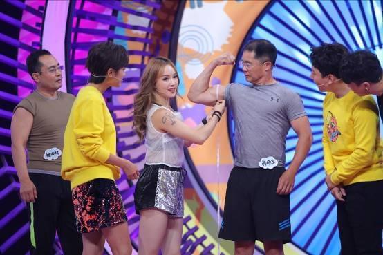 《哎哟辣么美》杨幂爸爸带杨幂大伯上节目秀肌肉