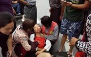 靖江一女子晕倒在地 众市民合力施救