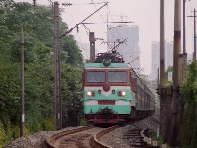 这是重庆仅剩的三趟绿皮火车!坐上它 就像回到了旧时