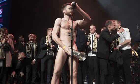 太污了!挪威球员全裸庆祝夺冠 将下体放进奖杯