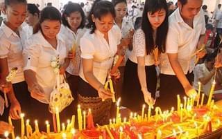 """柬埔寨庆""""亡人节"""" 亚洲最长的""""清明节"""""""