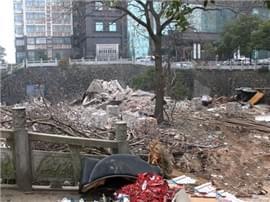 滕王阁地铁站旁现近千平米垃圾场 无人管理