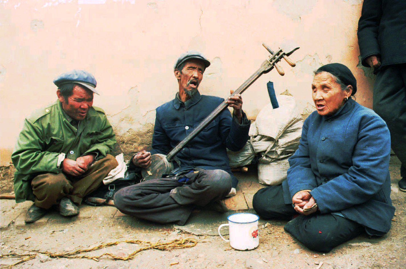 1996年8月20日,青海湟中。说得好听点叫盲人街头艺术家,实际上他们就是在乞讨。/AP