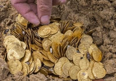 300年沉船中打捞金币