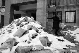 住宅交付时间超期4年 业主自救烂尾楼遭施工方堵门