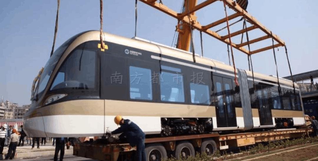 """深圳有轨电车""""土豪金""""车身 6月底能搭上它去浪"""