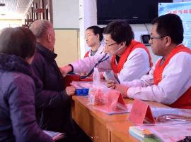 河津:红手环志愿者开展社区宣传义诊活动