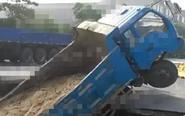 姜堰一道路突然塌陷 农用车不慎掉入其中