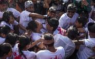 巴厘岛传统接吻节青年相吻