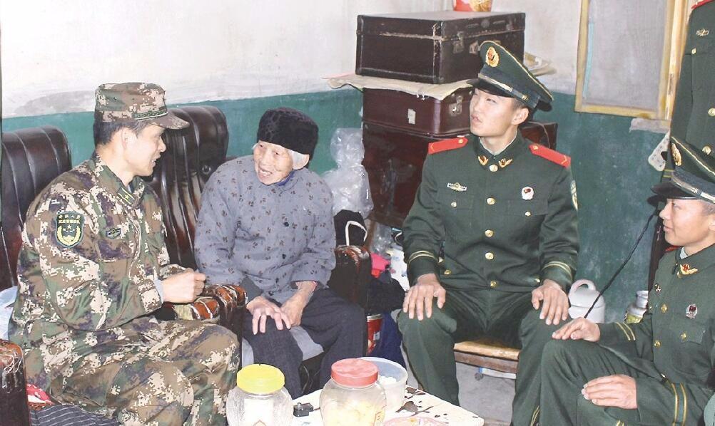 荆州武警官兵看望孤寡老人 送去米、面等生活物资