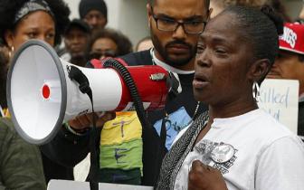 美黑人女子狱中死亡 亲属朝警察局长撒其骨灰抗议