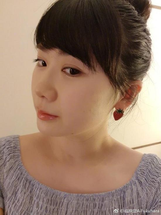 福原爱戴草莓耳环晒自拍 梳丸子头斜刘??砂臃?></a></div>             <div class=