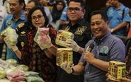 印尼警方与毒品微笑合影