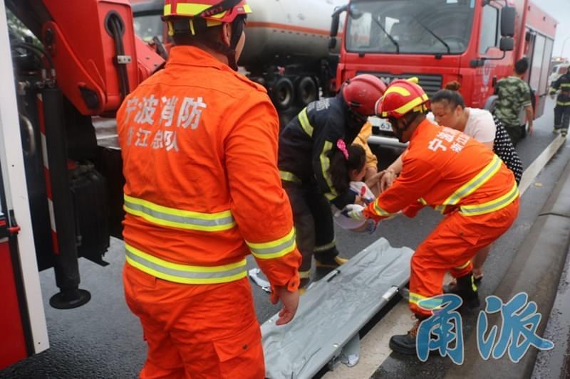高速惊魂一幕 杭州湾跨海大桥有货车撞上了护栏