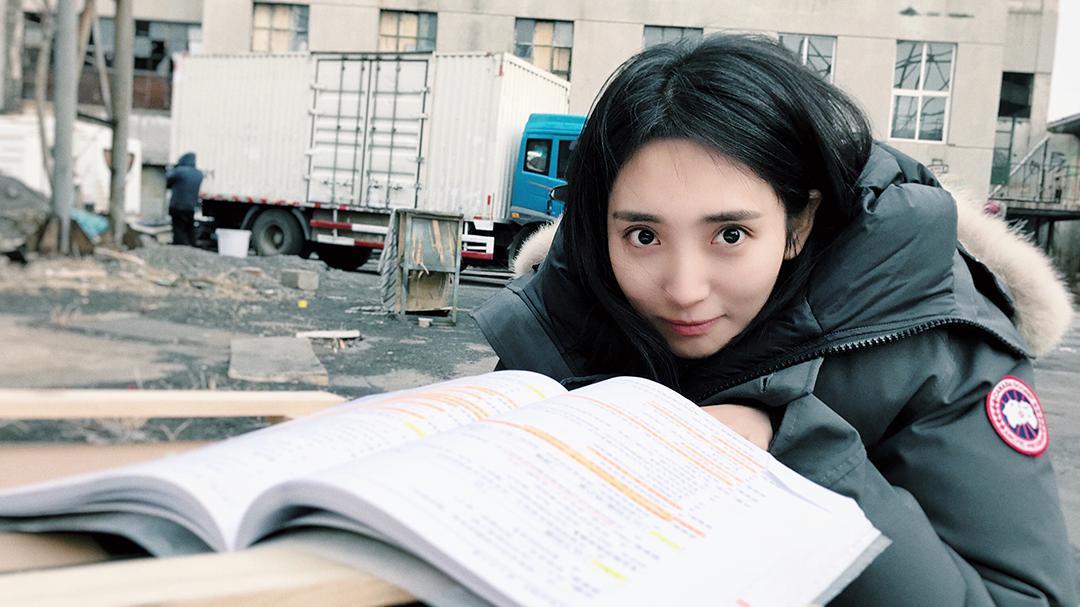 """女汉子!王紫璇《黄金瞳》""""亚洲蹲""""噘嘴卖萌"""