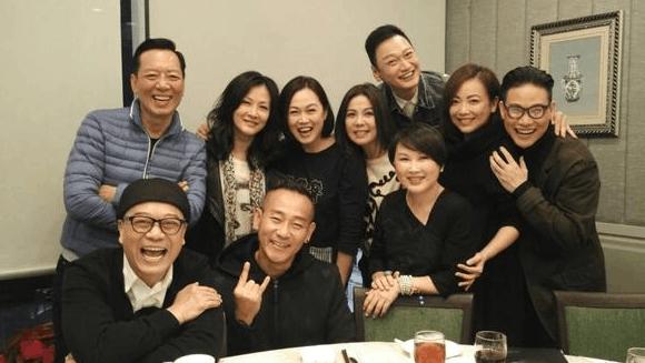 回忆杀!邓萃雯欧阳震华林保怡TVB老戏骨聚餐合影