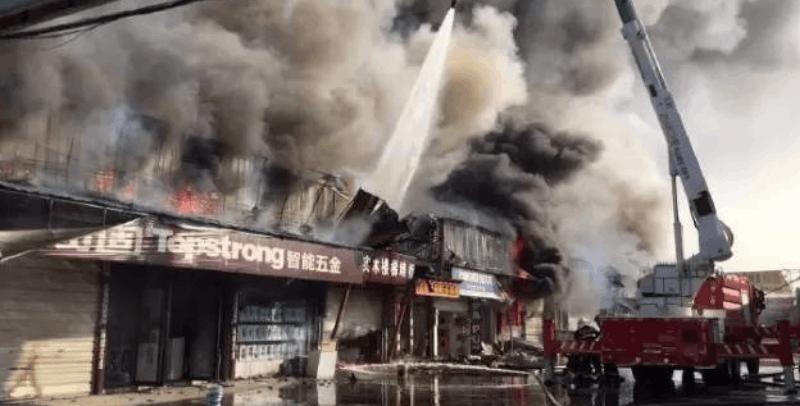 一建材市场突发大火 消防官兵正在扑救