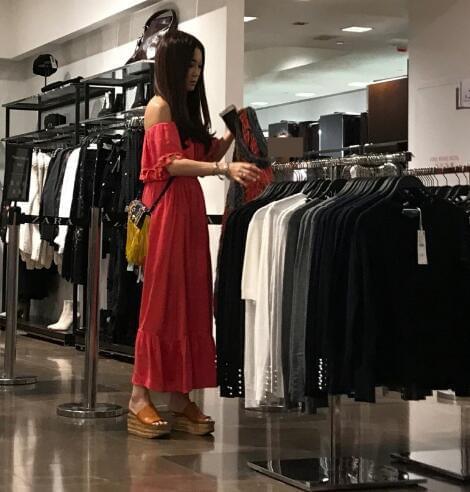 温碧霞独自逛街为丈夫挑选衣服 力破两人情变传言