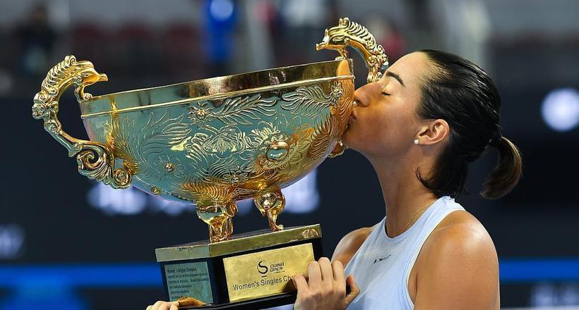 中网加西亚夺冠激动跪地 深情亲吻奖杯