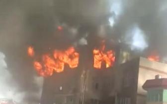 福州郊区一仓库发生火灾 现场浓烟滚滚火光冲天