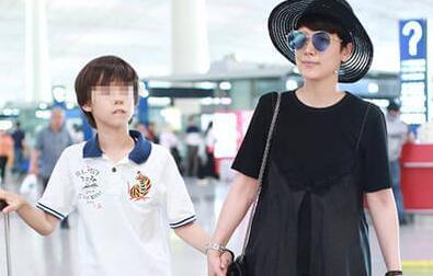 海清10岁儿子罕见露面 都长这么大了!