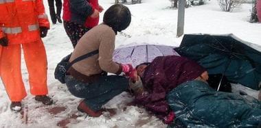 西安70岁老太雪天滑倒 路人脱衣为其取暖