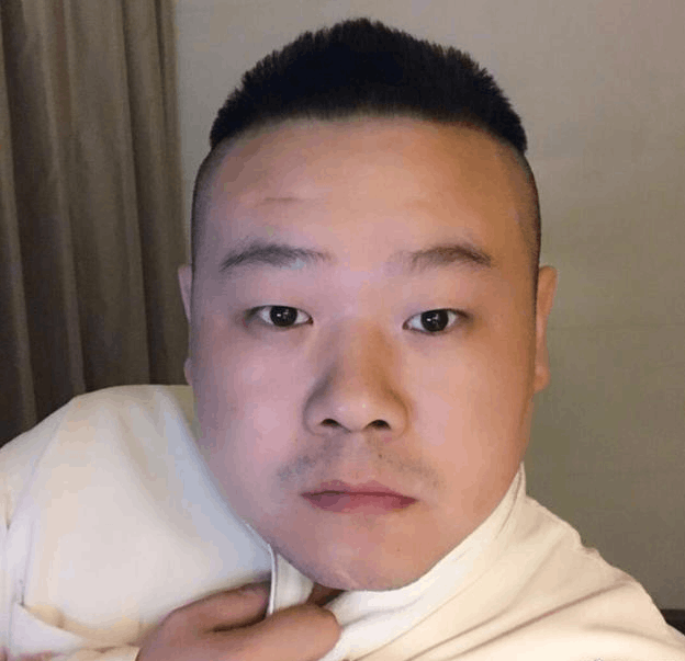 岳云鹏晒呆萌胡茬自拍 表情动作遭网友模仿