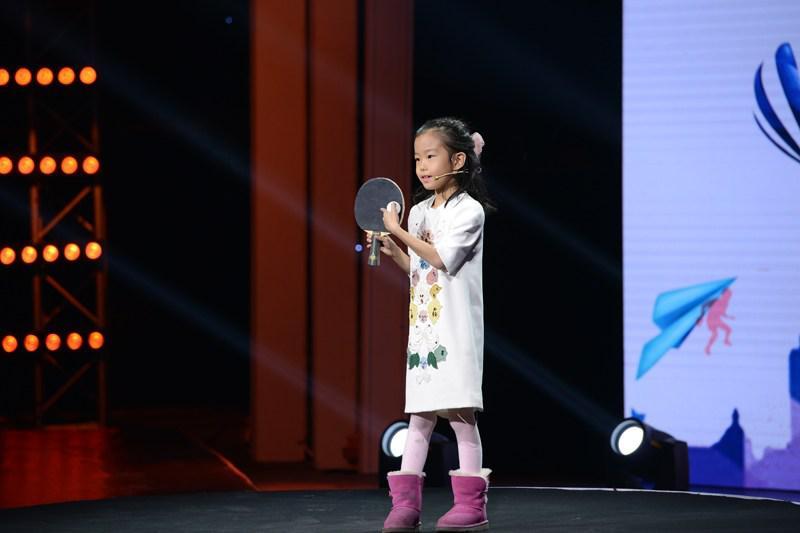 刘国梁女儿录少儿节目 手握乒乓球拍尽显将门之风