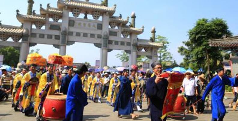 """海南定安军坡文化节上演千年""""穿杖"""" 抬公巡游"""